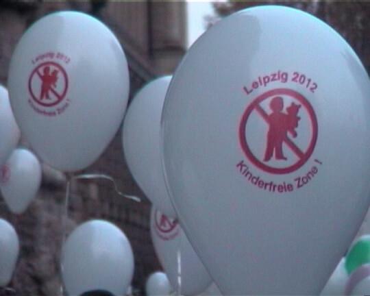 Demo der Eltern vor dem Leipziger Rathaus 2003