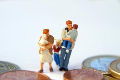Geldmünzen mit Familie (c) Stephanie Hofschlaeger / pixelio.de