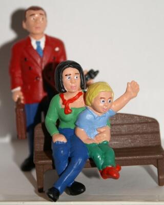 Familie | Vater, Mutter und Kind als Figuren (c) Stepanie Hofschlaeger / pixelio.de