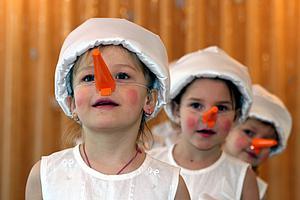 Kinder mit Schneekostüm (c) Monika / pixelio.de